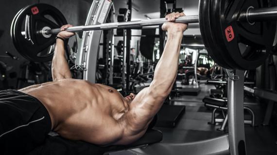 Упражненията за гърди на лежанка са еднакво стресиращи за гръдните мускули и трицепса